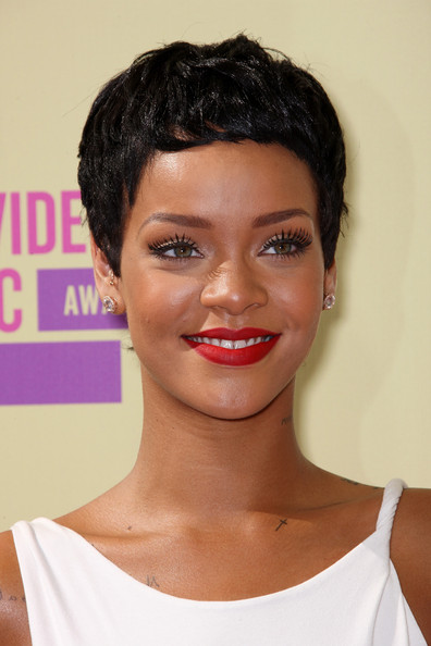 Rihanna Debuts New Cropped Pixie Haircut At The 2012 MTV VMA's