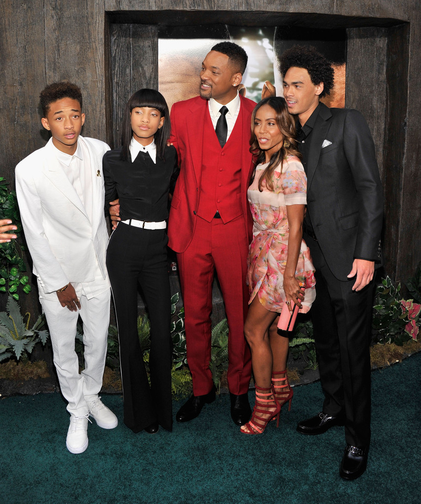 Willow Smith Switches Up Her Bangs Yet Again With Shoulder Length Black Hair Color 4