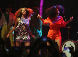 Beyonce's Rocking Curly Hair Again 4