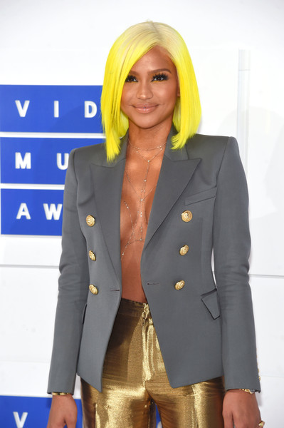 Cassie Rocks Yellow Bob To the 2016 VMA's